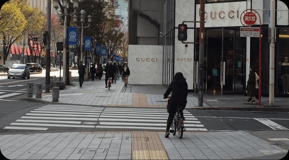 二つ目の横断歩道を渡る