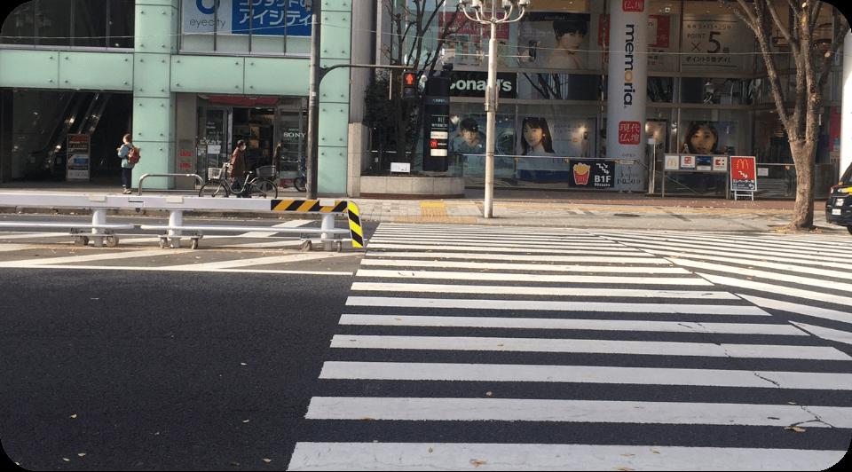一つ目の横断歩道を渡って左折